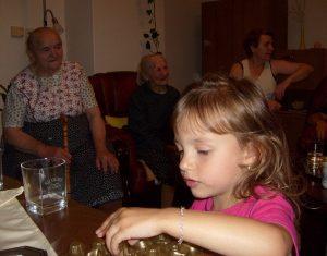 Za Liankou sú tri Anny. Vľavo naša babka Šefčíková, teda Liankina prababka.
